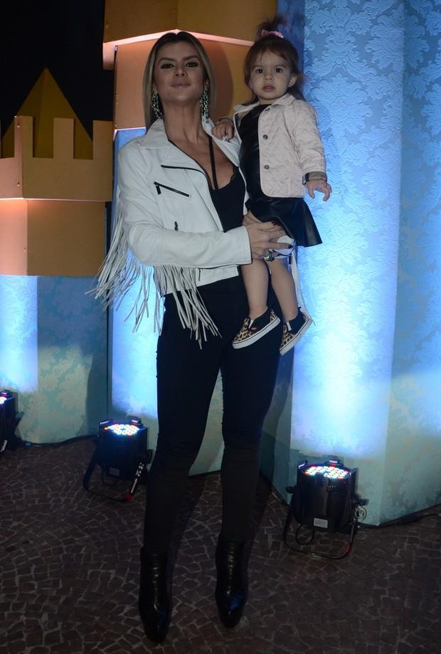 Mirella Santos com a filha Valentina  (Foto: Eduardo Martins / Agnews)