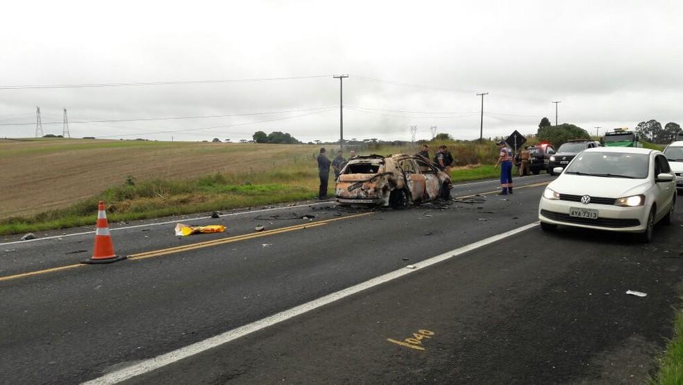 Assaltantes também incendiaram um veículo que pertence à quadrilha  (Foto: Carla Lima/RPC)