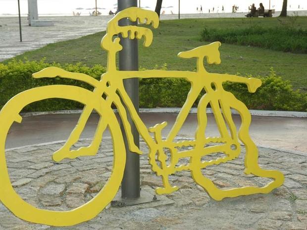 Escultura 'O pneu furou' volta a ciclovia em Santos, SP (Foto: Marcelo Martins/Prefeitura de Santos)