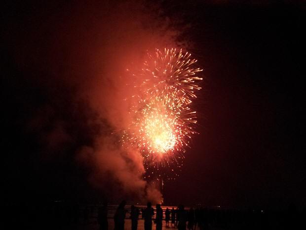 Fogos de artifício iluminaram a praia por quase 20 minutos (Foto: Anna Gabriela Ribeiro/G1)