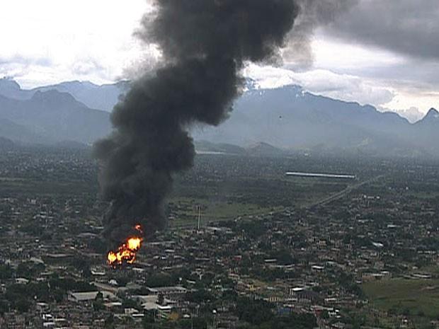 Fumaça pode ser vista a quilômetros de distância (Foto: Reprodução / TV Globo)