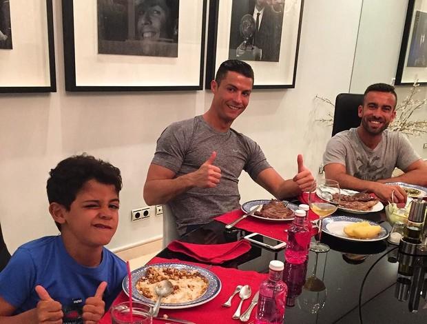 BLOG: Bifão e barriga cheia: Cristiano Ronaldo compartilha jantar com filho e amigo