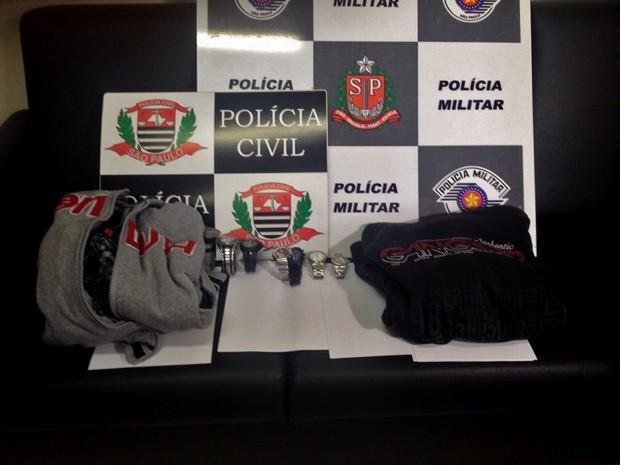 58f4ff84939 Objetos foram localizados na casa de um dos suspeitos (Foto  Wellington  Roberto G1