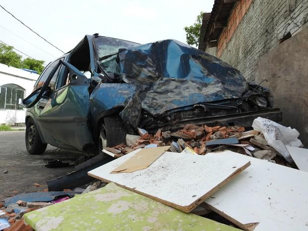 Condutor teria perdido controle do carro depois que um dos pneus estourou (Foto: Adneison Severiano/G1 AM)