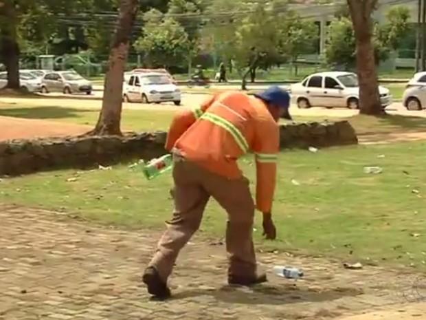 Wilson de Souza conta que muitos jogam na rua materiais que podem juntar água Goiás Goiânia (Foto: Reprodução/TV Anhanguera)