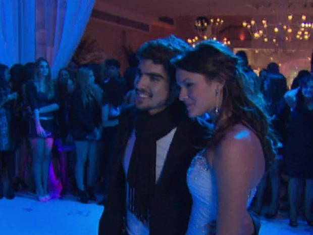 A atriz usou três vestidos diferentes no baile de debutante (Foto: TV Globo)