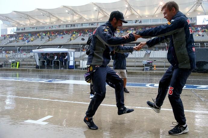 Daniel Ricciardo e Daniil Kvyat dançam enquanto esperam treino classificatório nos EUA (Foto: Getty Images)