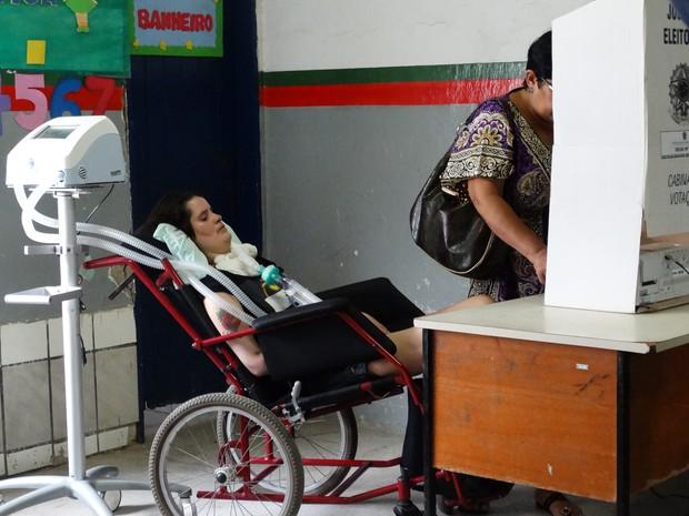 Paciente com esclerose lateral amiotrófica deixou hospital para votar (Foto: Paula Cavalcante/ G1)