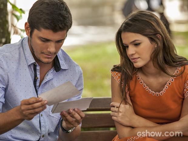 Luiza ajuda André na busca por pistas de seu passado (Foto: Inácio Moraes/ TV Globo)