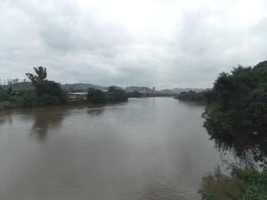Vista do Rio Paraíba do Sul em Barra Mansa, no RJ (Foto: Paola Fajonni/G1)