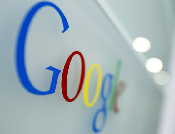 Logo do Google na porta de um dos prédios da empresa (Foto: Virginia Mayo/AP)