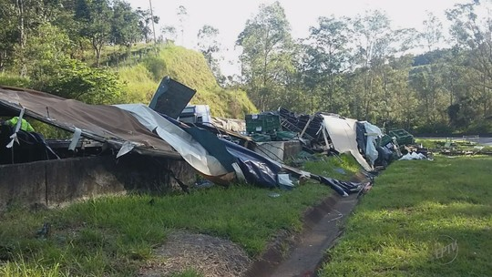 Motorista fica ferido após carreta tombar na BR-381, em Cambuí, MG