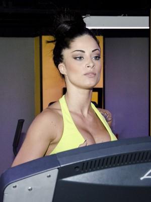 Depois da musculação, Aline corre na esteira (Foto: Ellen Soares/TV Globo)