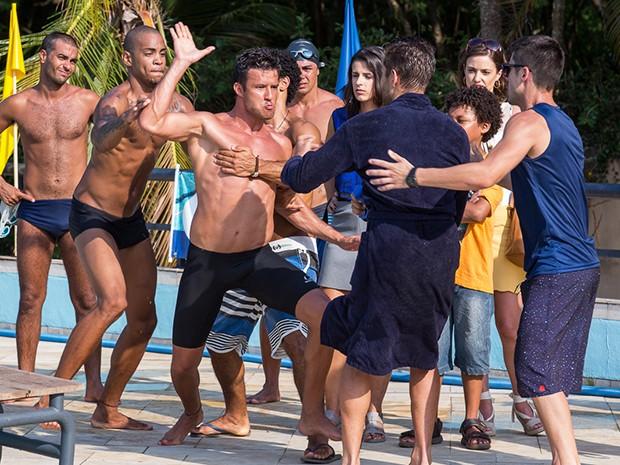 Ricardo se irrita com César e parte para cima dele (Foto: Artur Meninea/Gshow)