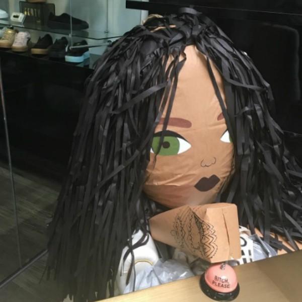 Boneco de Rihanna (Foto: Reprodução/Getty Images)