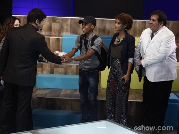 Verônica descobre que Vicente entrou no concurso e Jonas vem cumprimentá-lo (Foto: Inácio Moraes/Geração Brasil)