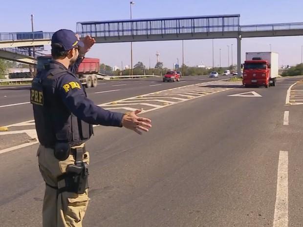 Discordância sobre lei do farol baixo aumenta número de multas no RS (Foto: Reprodução/RBS TV)