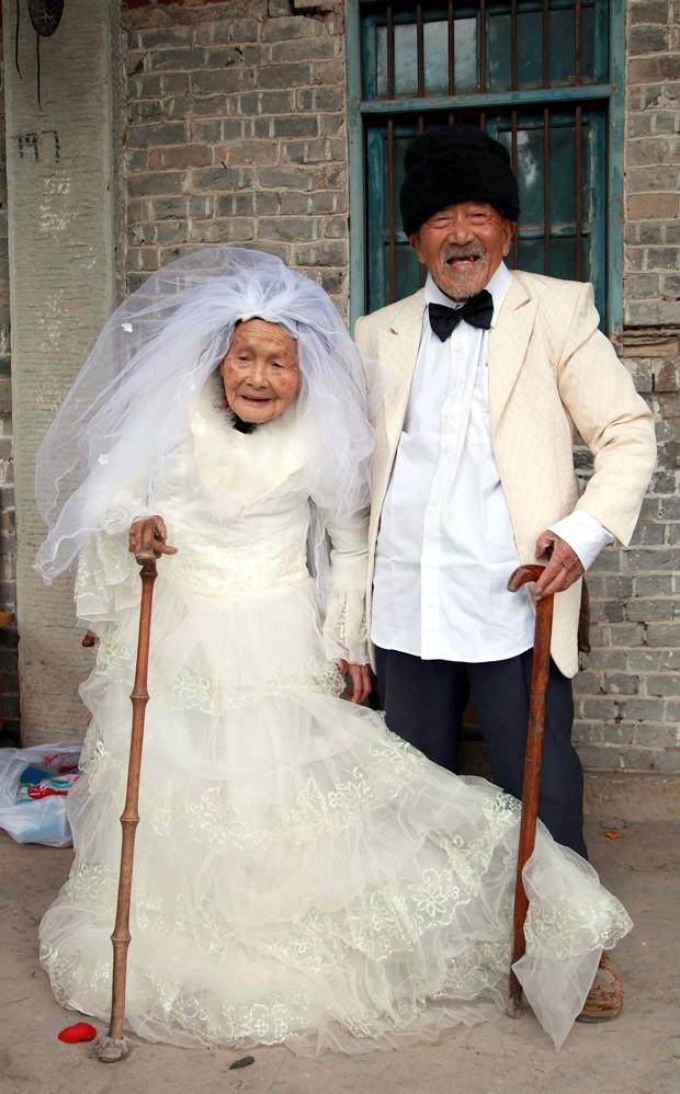 Casal chinês levou 88 anos para tirar foto com trajes de casamento (Foto: Reuters/China Daily)