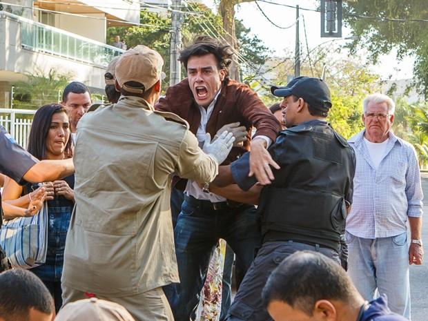 Enrico chega transtornado ao local do acidente (Foto: Artur Meninea/TV Globo)
