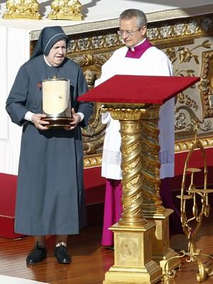 Freira mostra relíquias de Paulo VI durante cerimônia de beatificação no Vaticano (Foto: Tony Gentile/Reuters)