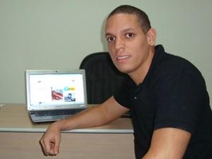 Paulo usa internet para vários fins, mas fica insatisfeito com a qualidade do serviço (Foto: Daniel Peixoto/G1)