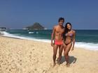 Aline Riscado posa com Felipe Roque na praia e se declara: 'Meu amor'