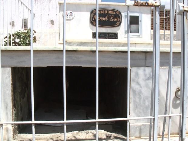 Túmulo do ex-prefeito de Tavares foi arrombado no fim de semana. (Foto: Reprodulção/TV Paraíba)