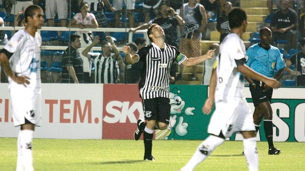 Mota comemora gol do Ceará contra o ABC (Foto: LC Moreira / Futura Press)