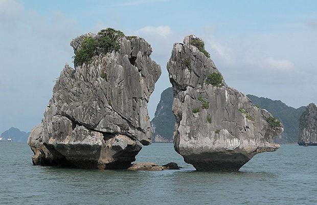 Kissing rocks ou kissing cocks? Visitantes fazem esta brincadeira com as rochas no Vietnã, que parecem galinhas (Foto: Reprodução)