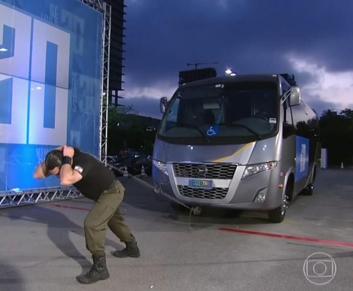 Homem puxa ônibus com cabelo (Foto: TV Globo)