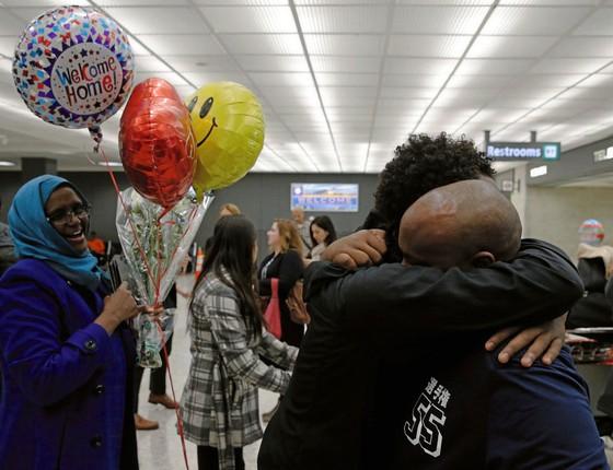 Uma família de somalis se abraça em aeroporto da Flórida.Suspensão do decreto de Trump abriu de novo as portas dos EUA (Foto: Jonathan Ernst / Reuters)