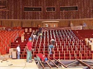 Trabalhadores na obra do teatro (Foto: Reprodução / TV Integração)