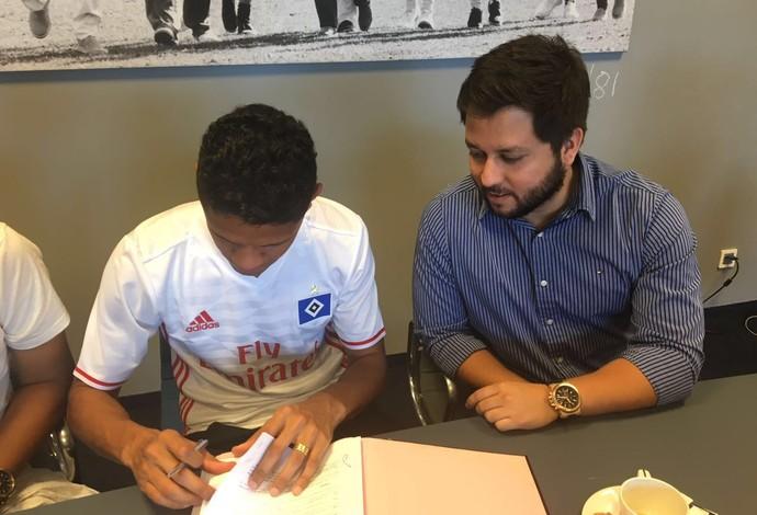 Douglas Santos assina contrato com o Hamburgo (Foto: Divulgação)