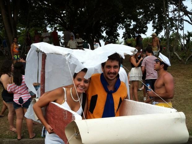 Fred e Betania montaram carro de 'Os Flinstones' (Foto: Marcelo Elizardo/ G1)