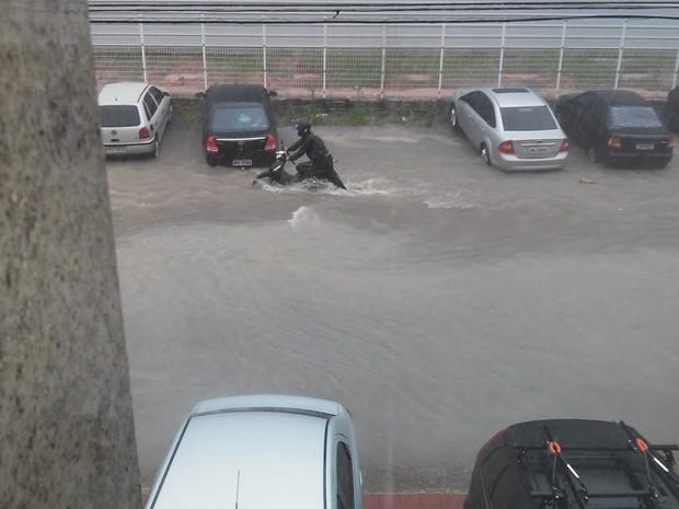Estacionamento alagado impede internauta de chegar até o carro (Foto: Keityane Bruna Sant Anna/ VC no G1)