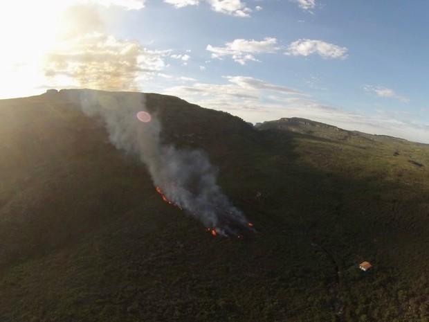 Incêndio ocorre na região do Barro Branco, em Lençois (Foto: Divulgação/Secretaria do Meio Ambiente)