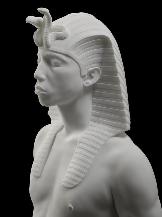 Um faraó com mamilo de diamante e o rosto do rapper americano Pharell Williams é uma das peças da exposição (Foto: Divulgação)
