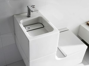 Pia interligada à caixa acoplada de vaso sanitário reutiza água em descarga