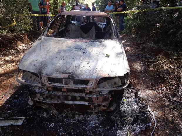 Três pessoas estavam carbonizadas dentro do carro (Foto: Divulgação / Polícia Civil)