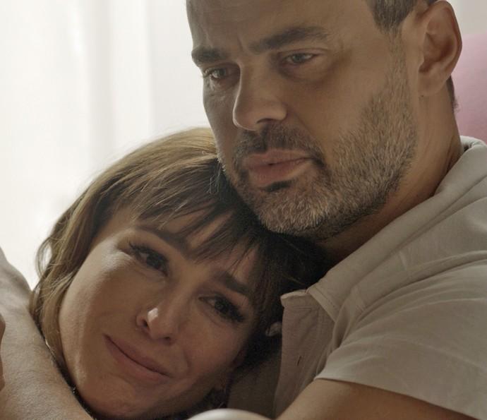 Gisela tenta confortar César, mas não aguenta vê-lo sofrer (Foto: TV Globo)