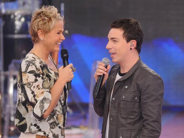 Xuxa com Di Ferrero no palco (Foto: TV Xuxa / TV Globo)