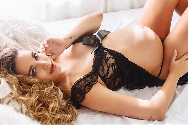 A modelo mexicana April Love Geary, grávida do cantor Robin Thicke (Foto: Instagram)