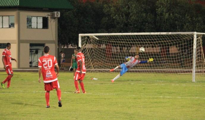 Goleiro Leandro aida foi no lance, mas não evitou o gol de Viny na vitória do São Raimundo-RR (Foto: Imagem/Tércio Neto)