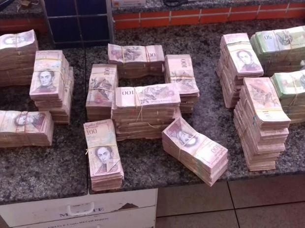 O dinheiro venezuelano foi apreendido e levado para à Superintendência da Polícia Federal (Foto: Reprodução PRF)