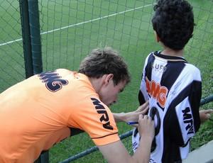 Bernard e torcedor Davi Atlético-MG (Foto: Léo Simonini)