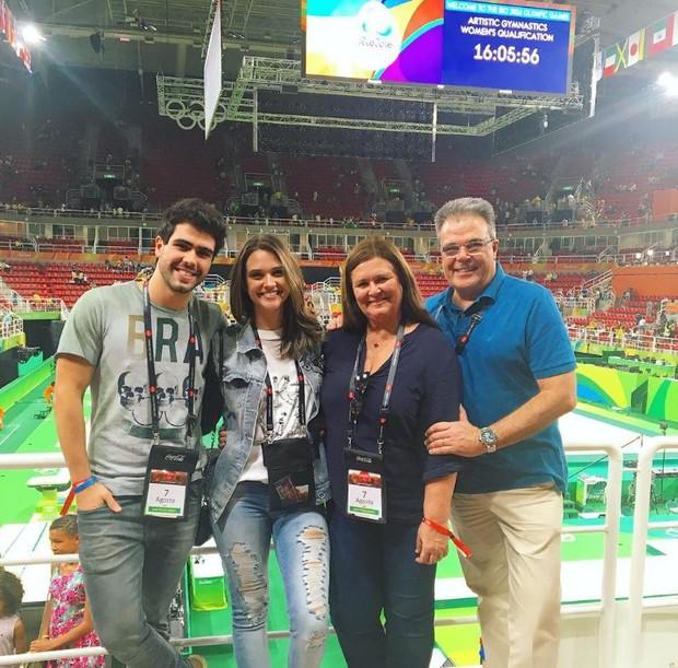 Juliano Laham com Juliana Paiva e os pais da atriz na Olimpíada (Foto: Reprodução/Instagram)