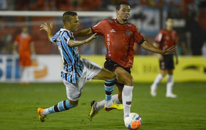 Luan do Grêmio, e Washington do Brasil de Pelotas (Foto: Edu Andrade / Agência Estado)
