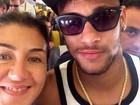 Fã tira foto com Neymar em voo para Barcelona