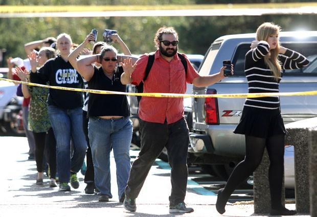 Funcionários, professores e alunos são removidos do campus da faculdade Umpqua em Roseburg, Oregon, após tiroteio (Foto: Michael Sullivan/The News-Review/AP)