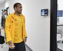 Dani Alves é recebido com festa e passa por exames médicos no Juve